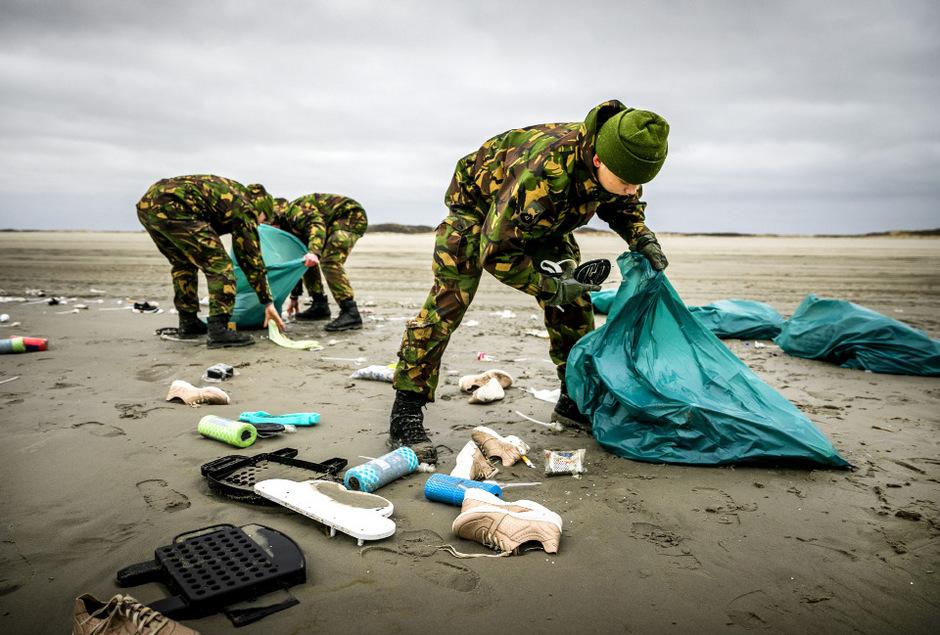 Soldaten sammeln in den Niederlanden die angespülten Inhalte der verlorenen Container ein.