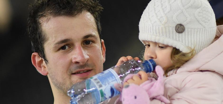 Der Papa wird?s schon richten - darauf können sich bei Ondrej Sedivy neben Töchterchen Anna auch die Innsbrucker Haie verlassen.