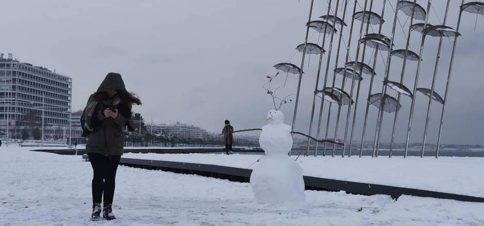 Ein Schneemann in Thessaloniki: Seit Tagen schneit es in Griechenland.