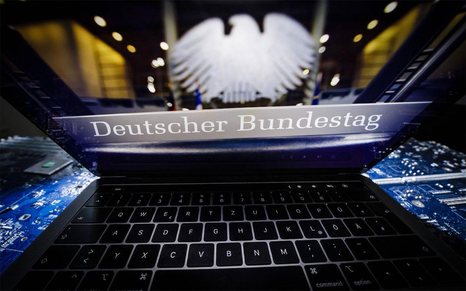 Bei einem Online-Angriff auf deutsche Politiker und Prominente sind persönliche Daten und Dokumente von hunderten Personen des öffentlichen Lebens im Netz veröffentlicht worden.