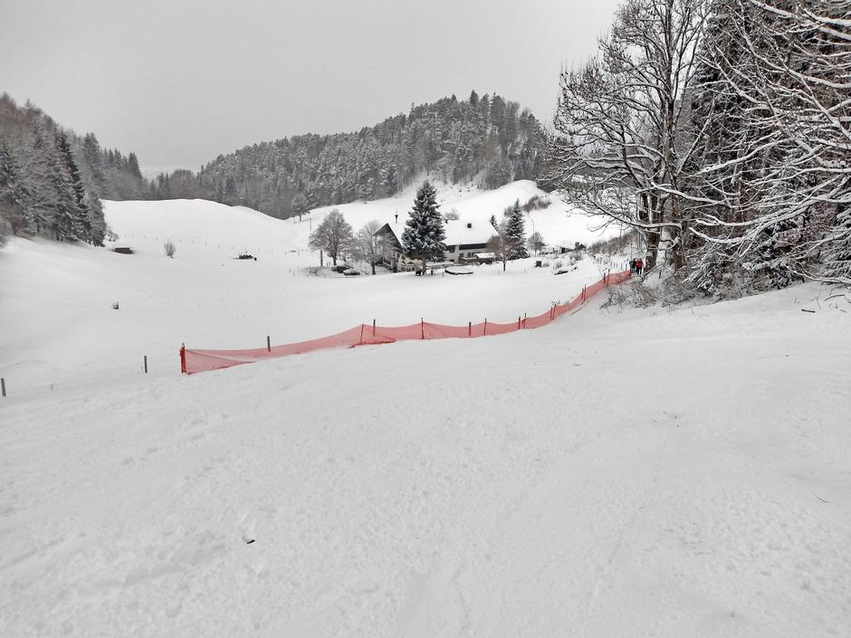 Die Abfahrt zum Hinterduxerhof in Kufstein wird heuer erstmals von einem Zaun unterbrochen.