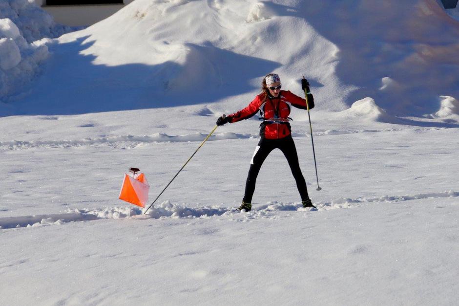 Mit einer speziell angefertigten Karte stürmen die Sportler mit den Langlaufski los und suchen die versteckten Bojen.