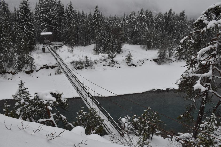 Die Forchacher Lechbrücke wurde vor 95 Jahren von Jagdpächter Carl Schwenk errichtet. Ihre Zeit ist aus Sicherheitsgründen abgelaufen.
