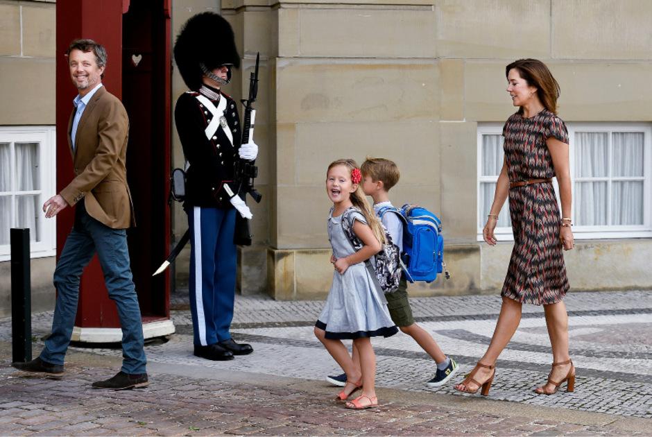 Kronprinz Frederik und Prinzessin Mary begleiteten ihre Zwillinge Josephine und Vincent an ihrem ersten Schultag 2017.