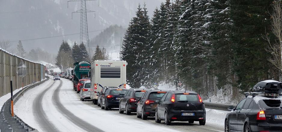 Stauzone Fernpassstraße: Ein vollautomatisiertes Dosiersystem soll Autofahrer früh informieren und wenn nötig an der Grenze stoppen.