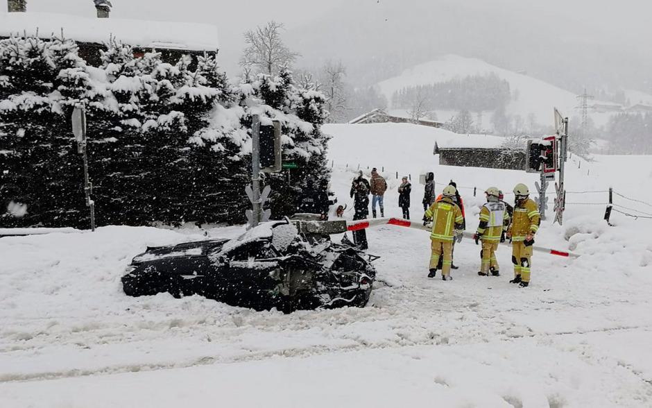 In Oberndorf wurde ein Pkw von einem Zug erfasst.
