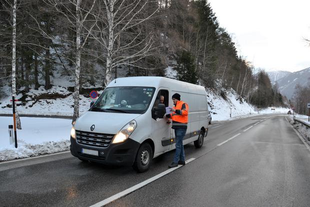 Holzer mit dem Plan der Ausweichrouten. Dieser Fahrer aus Ungarn trägt die Sperre mit Fassung.