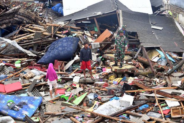 Nach dem Tsunami zu Weihnachten suchten Helfer in Pandeglang nach möglichen Überlebenden.