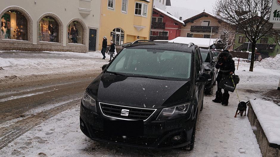 Parken, wo es gerade passt. Zwischen den Feiertagen sind die Falschparker in Kitzbühel besonders dreist. Eine Lösung für das Problem ist derzeit nicht in Sicht.