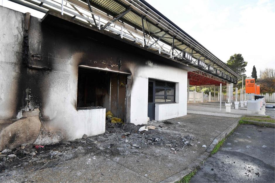 Die Mautstation in Bessan wurde in Brand gesetzt.