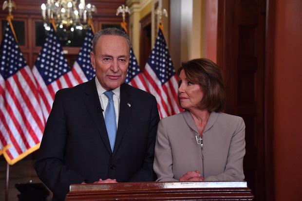 Die demokratische Vorsitzende des Repräsentantenhauses, Nancy Pelosi, und ihr Parteikollege, Senator Chuck Schumer, kritisierten Trump im Anschluss an dessen Rede.