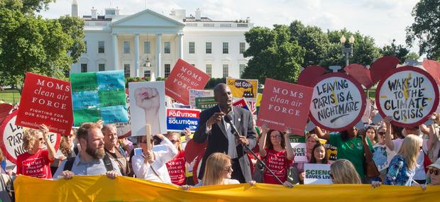 Vor dem Weißen Haus kam es zu Protesten gegen Trumps Klimapolitik.