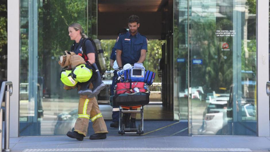 Einsatzkräfte verlassen das Gebäude des südkoreanischen Konsulats in Melbourne.