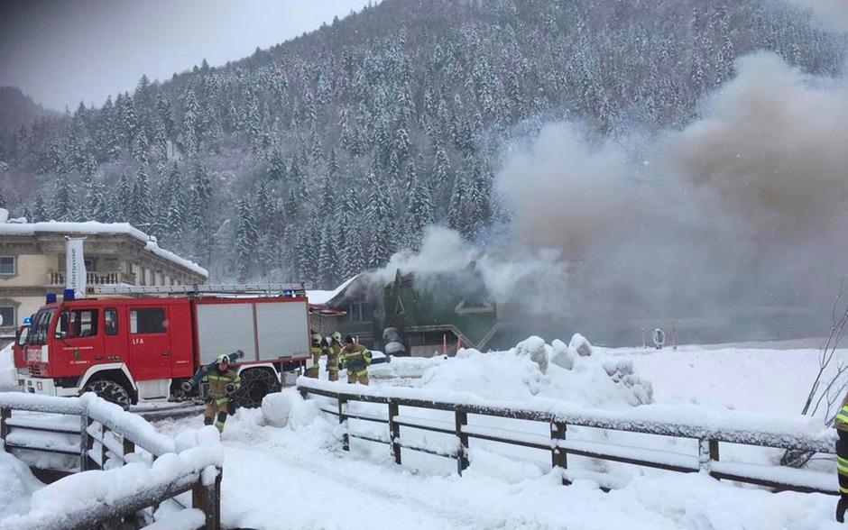 Dichter Rauch in Erpfendorf: Die Lagerhalle einer Baufirma brannte.