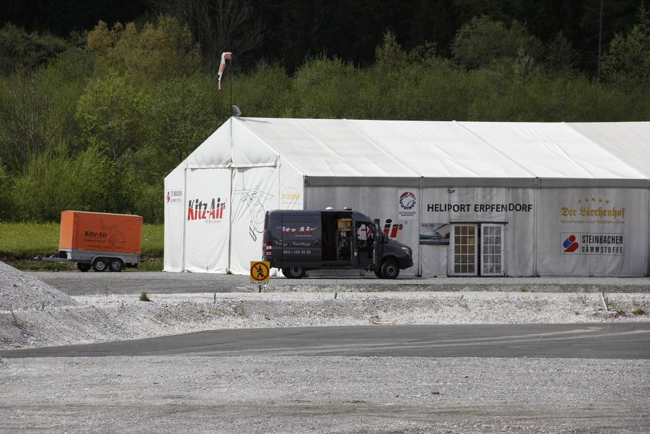 Zelt statt Hangar: Kitz-Air-Geschäftsführer Georg Schuster hofft auf eine Genehmigung eines fixen Stützpunkts im Kirchdorfer Ortsteil Erpfendorf im ersten Viertel des heurigen Jahres.