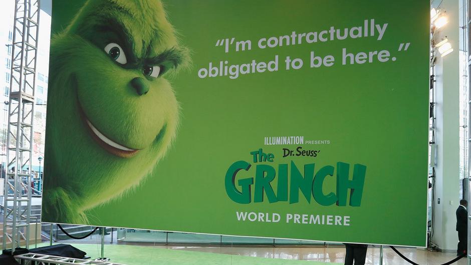 Der Grinch ist ein grünes Wesen, das Weihnachten hasst und mit seinem Hund zusammen auf einem Berggipfel lebt.
