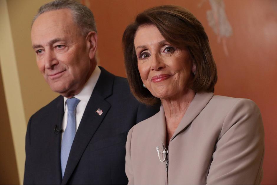 Die demokratische Mehrheitsführerin im US-Kongress, Nancy Pelosi (r.), verwies darauf, dass wegen der Budgetsperre 800.000 Staatsbedienstete derzeit nicht bezahlt würden.