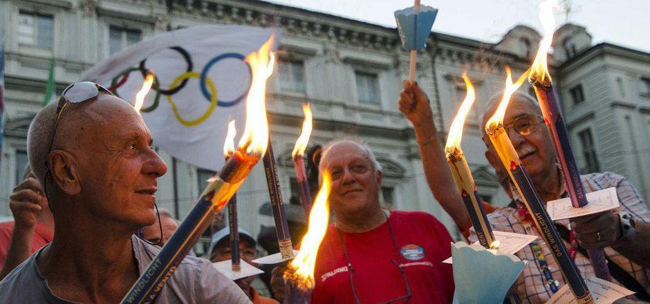 Mit einem Fackelmarsch rührte Italien im Sommer die Werbetrommel für Olympia.
