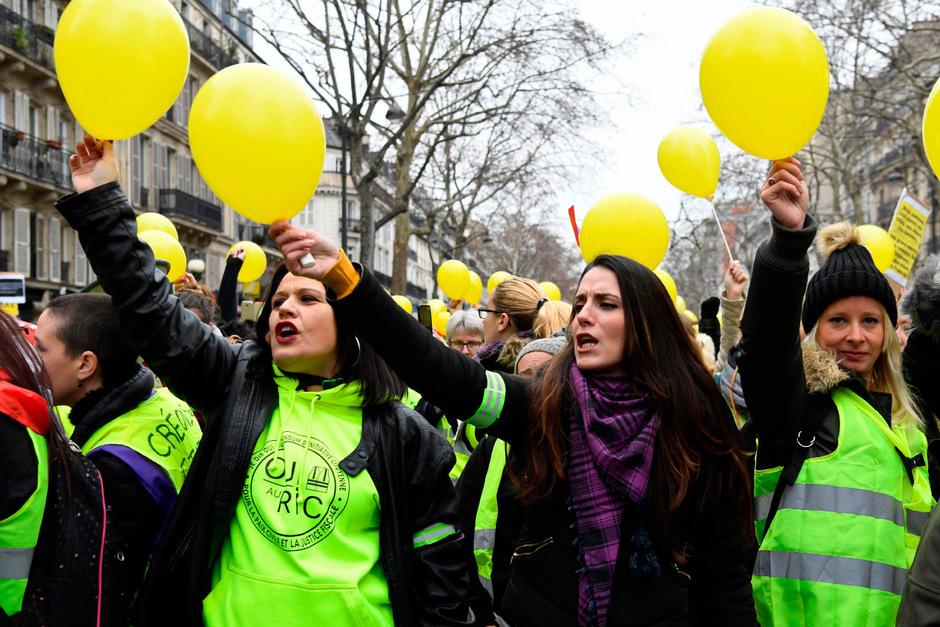"""""""Gelbwesten"""" auf einem Frauenmarsch in Paris."""