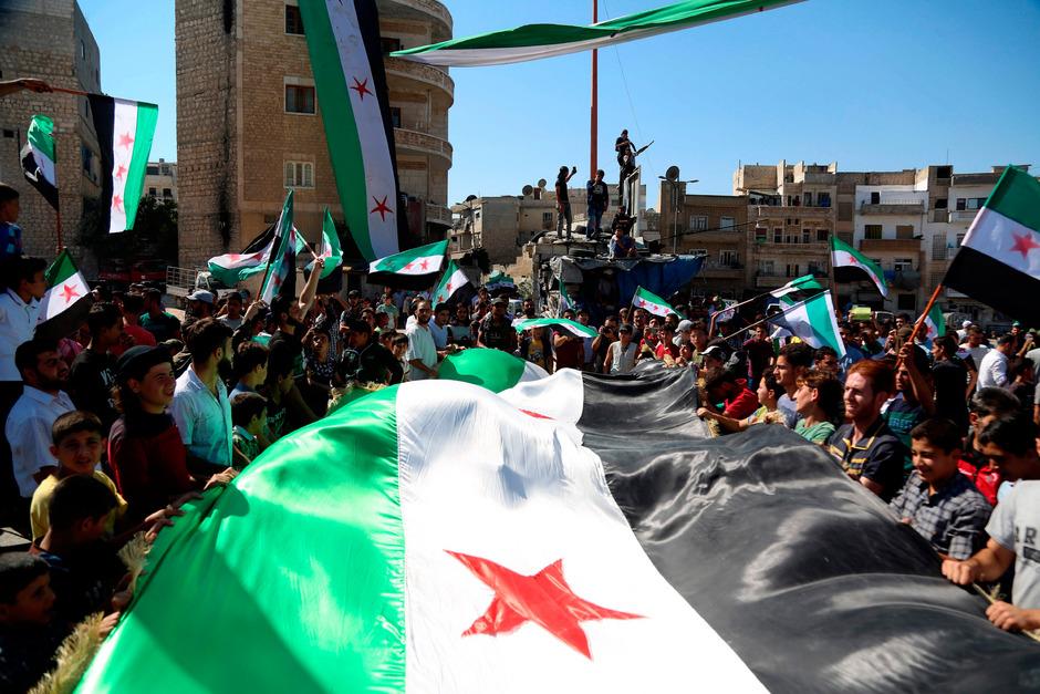 Syrische Rebellen bei einer Demonstration in Idlib.