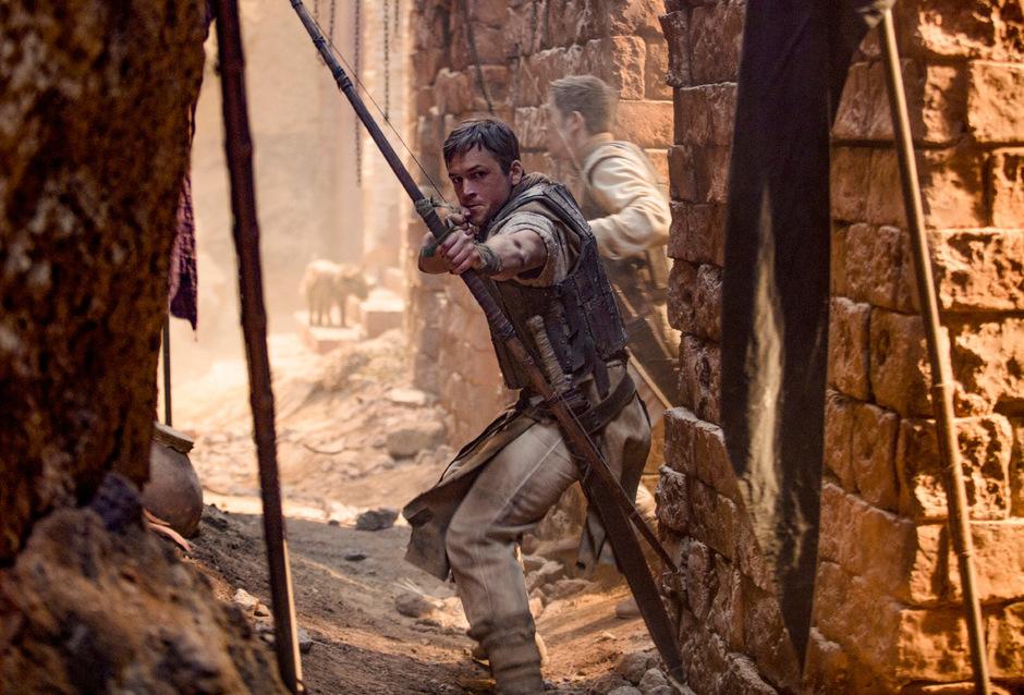 """Ein britischer Bogenschütze in der Straßenschlacht: """"Robin Hood"""" mit Taron Egerton in der Titelrolle orientiert sich optisch an der News-Ästhetik der Gegenwart."""