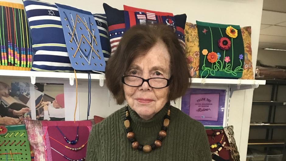 Marlene Hobeck mit Polstern, die demenzkranke Menschen beruhigen sollen.