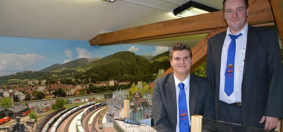 Fabian Danek (l.) und Obmann Patrick Steinlechner freuen sich über den Ansturm der Besucher in der Modelleisenbahnanlage.