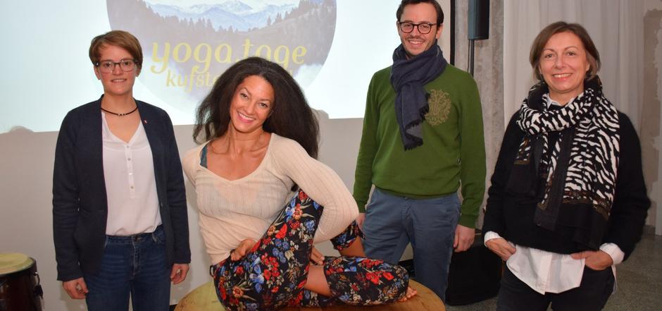 """TVB-Projektleiterin Katharina Martini, Yogalehrerin Libby """"Love"""" Bryan, TVB-Direktor Stefan Pühringer und Yogalehrerin Monika Egger präsentierten das Programm zwischen Entspannung und Aktivität (v.l.)."""