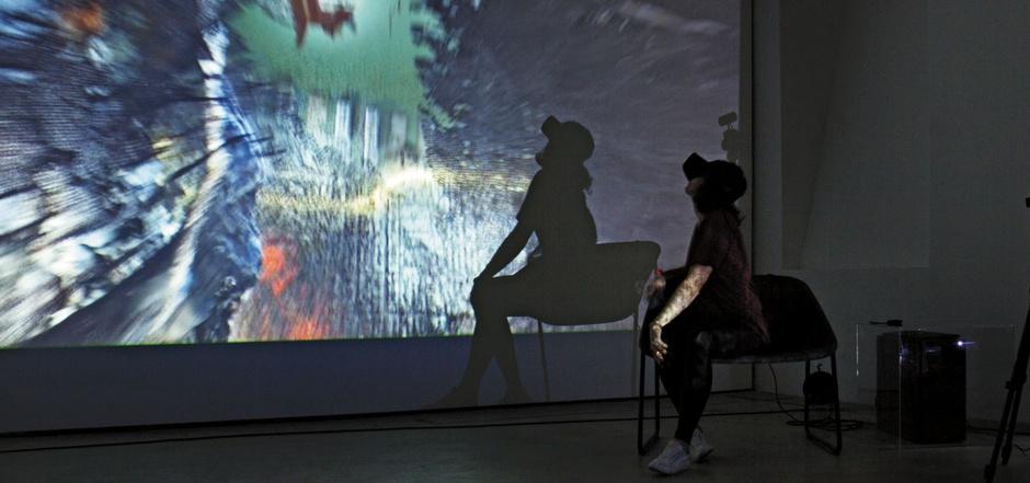 "Valerie Messini in ihrer Installation ""head in a cloud""."