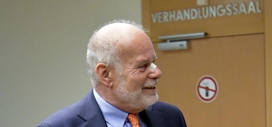 """Anwalt Manfred Ainedter vertritt Karl """"Charly"""" Kahr vor Gericht."""