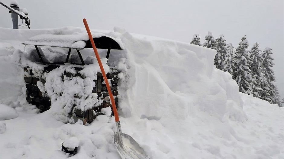 Die Dächer wie hier am Hochpillberg müssen eine schwere Schneelast tragen.