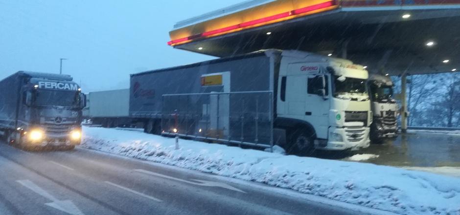 Auch bei widrigsten Wetterverhältnissen sind die Diesel-Tankstellen wie in Innsbruck-Süd gerappelt voll.