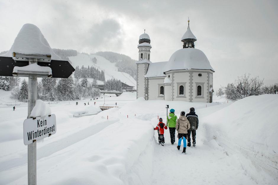 Den tiefen Winter beim Seekirchl in Seefeld genossen gestern Gäste beim Wandern und auf der Loipe.