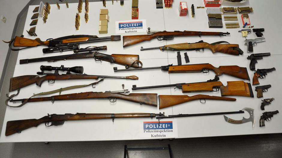 Bei dem 70-Jährigen wurden mehrere Waffen und Munition sichergestellt.