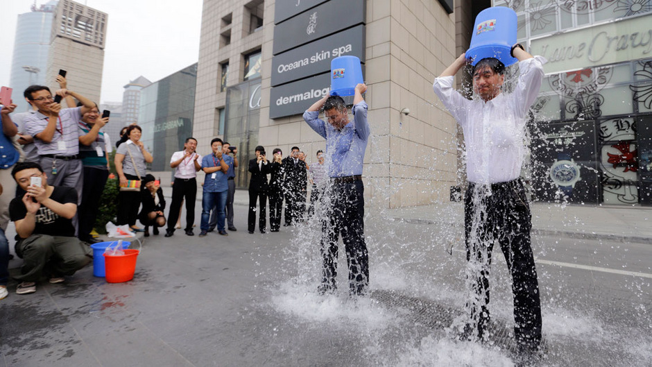 """Teilnehmer der """"Ice Bucket Challenge"""" schütten sich für einen guten Zweck eiskaltes Wasser über den Kopf."""