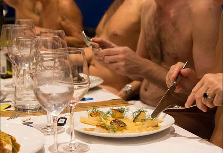 An einer Garderobe können Gäste ihre Kleidung abgeben, um anschließend nackt zu speisen.