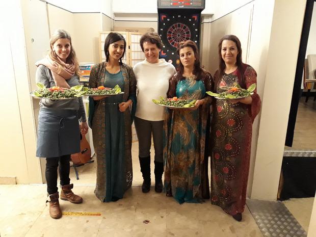 Komm!unity-GF Monika Mair (l.) und Obfrau Irmgard Moritz (Mitte) freuten sich über die kurdisch-syrischen Köstlichkeiten, die Najmia, Nesrin und Mariam-Jan für die Gäste zauberten.