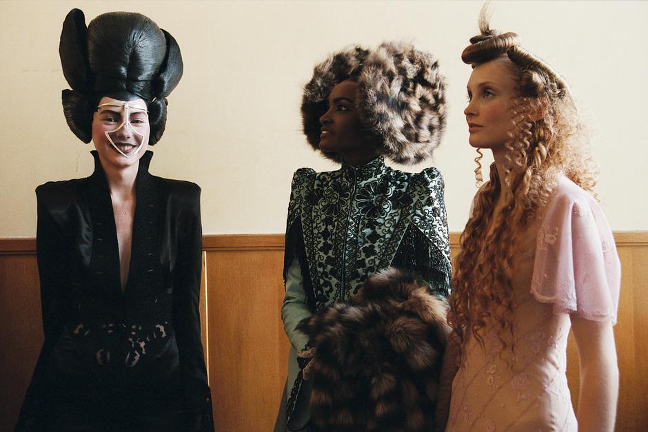 Handwerkskunst gepaart mit dem theoretischen Verständnis für die Mode: McQueens Entwürfe waren geprägt von einer gehörigen Portion Dramatik.