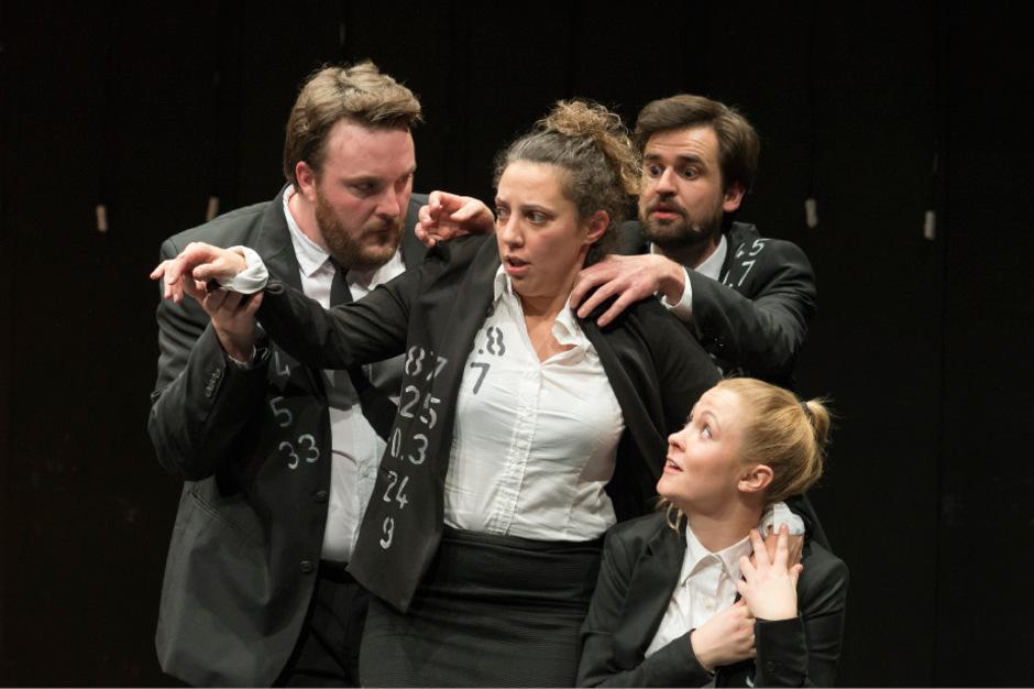 "Eskalationsstudien im Business-Outfit: Philipp Rudig, Nevena Lukic, Michael Rudigier und Katharina Hauser in ""Trust""."