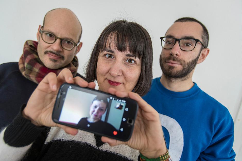 Die neuen Stipendiaten des Fellowship-Programms (v.l.): Michael Baers, Aikaterini Gegisian, Riccardo Giacconi. Auf dem Handybildschirm ist Angela Anderson zu sehen. Sie war via Skype mit dabei.