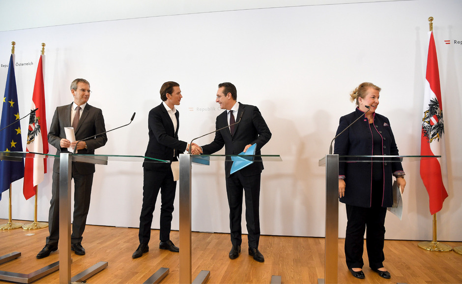 (v.l.i) Finanzminister Hartwig Löger (ÖVP), Bundeskanzler Sebastian Kurz, Vizekanzler Heinz Christian Strache und Sozialministerim Beate Hartinger-Klein bei einer PK im Rahmen der Regierungsklausur in Mauerbach am Freitag.