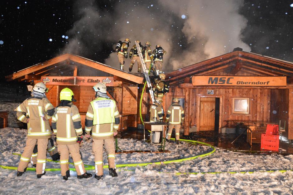 In der Nacht auf den 31. Dezember geriet die Blockhütte des örtlichen Vereinsheims am Sportplatz in Brand.