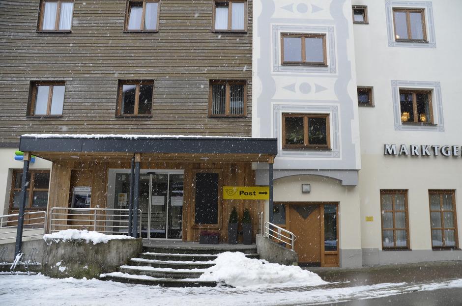 Das Café mit Postservicestelle (l.) ist derzeit geschlossen und die Post vorläufig im Gemeindeamt daneben untergebracht.