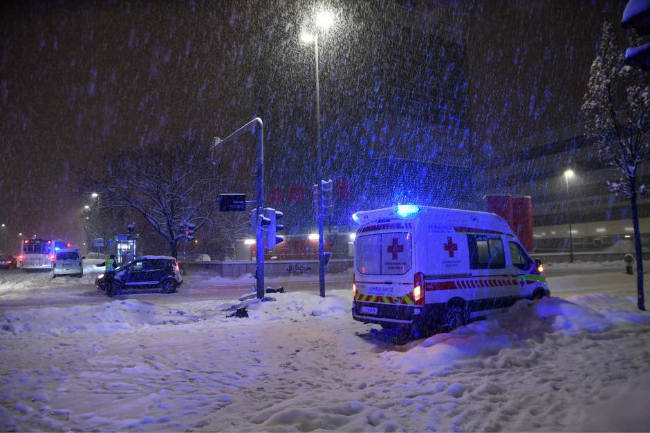 Das Rettungsauto war mit eingeschaltetem Blaulicht auf den Weg in die Klinik.