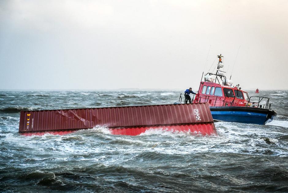 """Die """"MSC Zoe"""" hatte auf dem Weg nach Bremerhaven in der Nacht zum 2. Januar 291 Container verloren."""