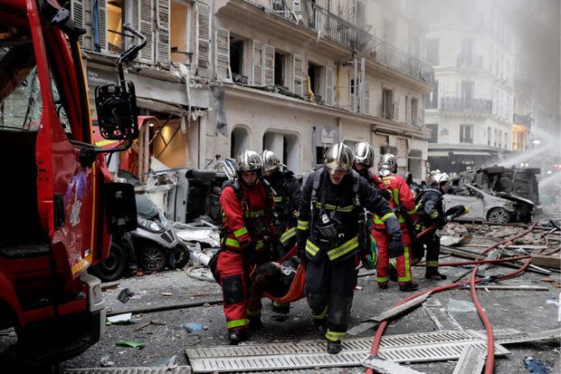 Mehrere Menschen wurden verletzt, zwei Feuerwehrleute starben.