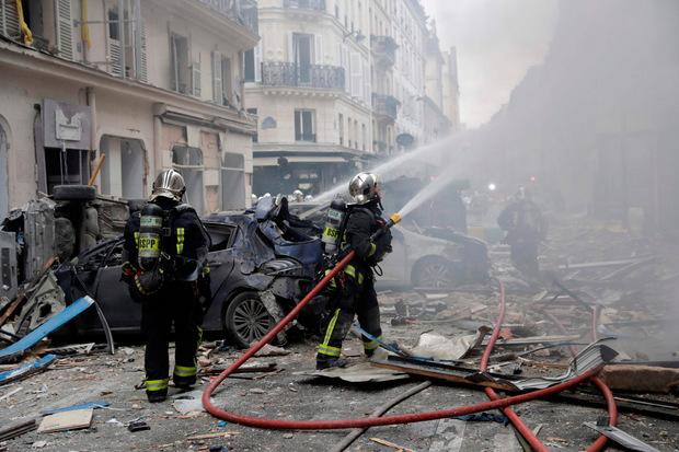 Am Einsatzort herrscht Chaos, Autos wurden zerstört, Fensterscheiben barsten durch die Druckwelle der Detonation.