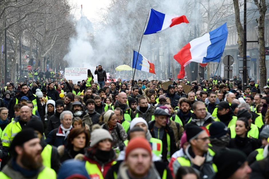 """Zahlreiche """"Gelbwesten"""" haben sich in Paris für neue Proteste versammelt."""