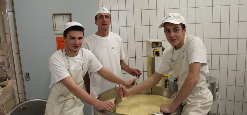 Patrik Häfele, Dir.-Stv. Paul Juen und Mathias Wolf (v.l.) demonstrierten den Besuchern die sensible Produktion von Schnittkäse.