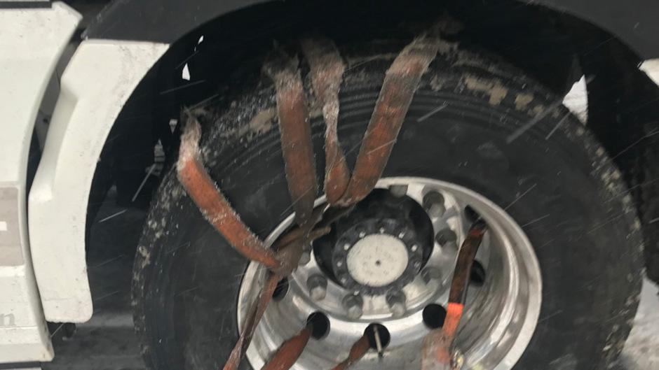 """Dieses Foto machte die Polizei am Fernpass vom linken Antriebsrad eines Sattelschleppers. Ein Spanngurt plus Teile einer Anfahrtshilfe wurden als """"Schneeketten"""" verwendet."""